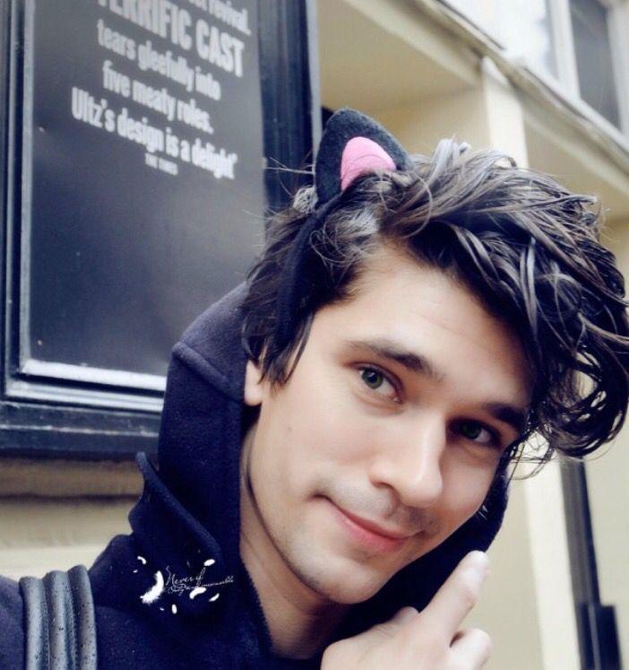 Ooh si c'est pas mignon ! Ben Whishaw avec des oreilles de chat, c'est le combo mignonitude parfait !