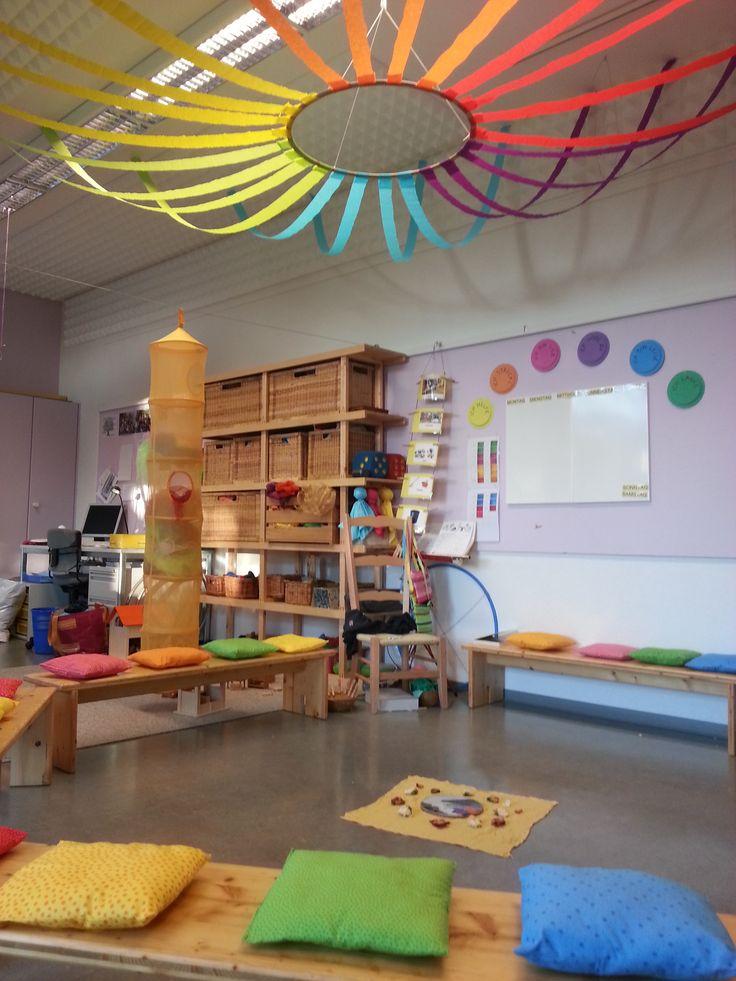 Great ideas for school: Color theme kindergarten. Love the hoop and crepe paper suspended from the ceiling! Awesome. :-()
