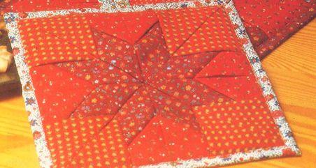 Jouluinen tilkkupannulappu. Ohje: http://www.kodinkuvalehti.fi/artikkeli/suuri_kasityo/ompelu/tilkkupannulappu