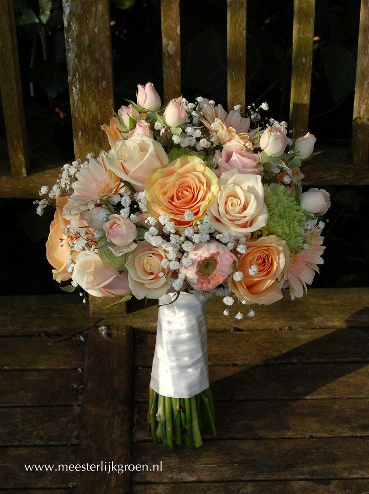 Romantisch en klassiek hand gebonden bruidsboeket in zacht roze en oranje tinten. - Diverse rozen in zacht roze en oranje tinten, wit gipskruid, licht roze ranonkels, zacht oranje gerbera's, mintgroene anjers. www.meesterlijkgroen.nl
