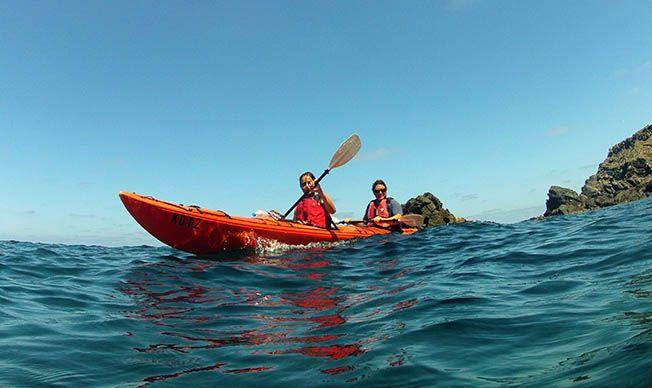 Guía de las mejores rutas en kayak por Menorca. Na Macaret - Arenal de Mongofre en kayak. La ruta. El entorno. Distancia. Tiempo estimado. Cómo llegar. Mapa
