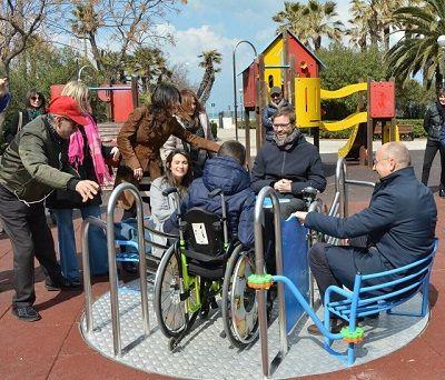 Bari inaugurate le due nuove giostrine accessibili nel giardino Baden Powell in piazza Gramsci