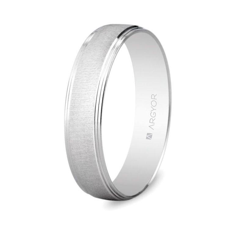 Alianza boda de diseño Argyor en oro blanco de 750 milésimas (18 quilates), de la colección de anillos de boda de la firma. Esta joya tiene un acabado mate texturizado como motivo principal, acompañado de cantos biselados con terminación brillante. Anchura: 4,5 milímetros. Interior plano. Referencia 5B45466