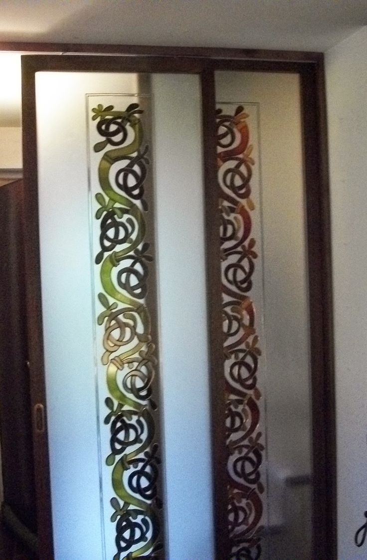 Porte scorrevoli decorate su vetro stratificato satinato. Il telaio in legno è stato realizzato da Stefano Bottazzi. Il decoro rappresenta un Albero della Vita Celtico