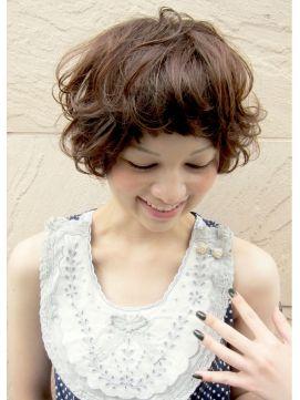 ■ Joule hair ■ マッシュベースにトップにレイヤーをいれ、毛先にランダムパーマをかけたスタイル。前髪をラウンドさせて甘さをプラス。さりげなくハイライトを入れることによって立体感がUP。 http://beauty.hotpepper.jp/slnH000268109/