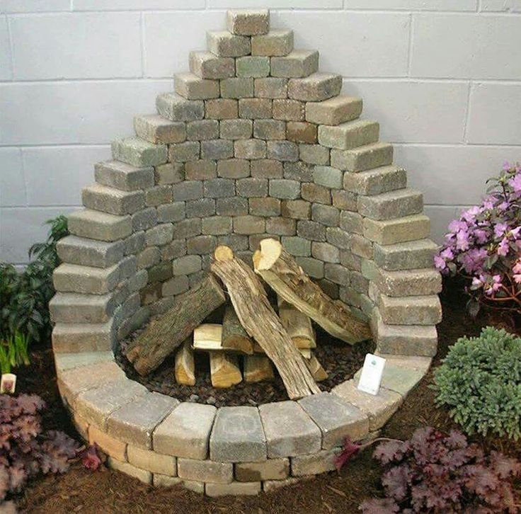 Beautiful DIY garden firepit with bricks!