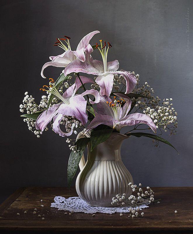 правом первой лилии в цветочной композиции фото потому, что