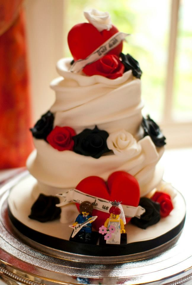 Rockabilly Cake With Roses And Fondant Folds