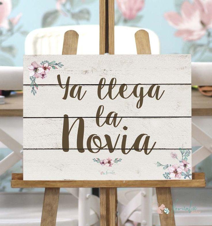 """Cartel """"ya llega la novia"""" con fondo claro. Vinilo sobre madera.  Tamaño 30x40 Here comes the bride. Ya viene la nvia"""