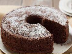 """Halis muhlis Türk yapımı bir tatlı: Çaylı kek. Biz çayı da, keki de seven insanlar olarak; """"bunları neden birleştirmiyoruz?"""" demişiz ve ortaya bu tarif çıkmış. Deneyenler bilir; kulağa ne kadar garip geliyorsa, tadı da bir o kadar güzel geliyor. Denemeyenler de bu tarifi okuduktan sonra mutlaka mutfağa gidip bu keki yapmalılar.Çaylı keki, ıslak ya da …"""