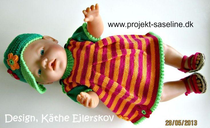 Baby born opskrifter 43 cm. Sommerkjole i striber med læg over brystet samt sandaler og kasket i dejlige sommerfarver