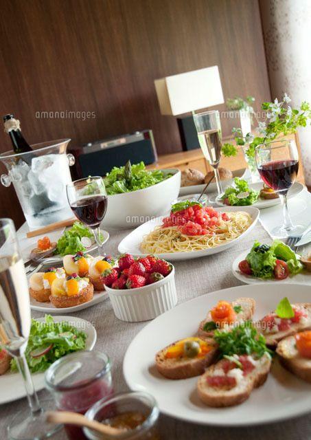 テーブルの上のパーティー料理[20027004911]| 写真素材・ストックフォト・イラスト素材|アマナイメージズ