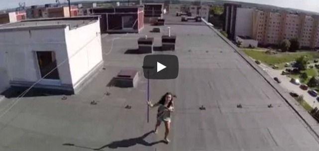 Ragazzo con Drone Scopre Ragazza Seminuda sul Terrazzo - Il Video Diventa virale