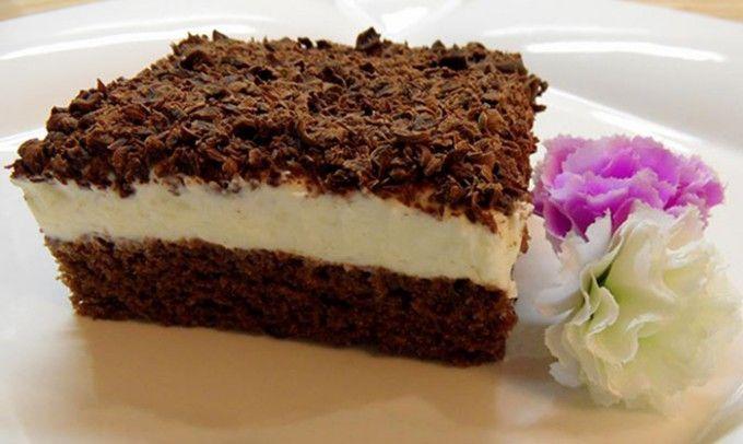 Zákusek se zakysanou smetanou 1 balíčekprášek do pečiva  20 dkgcukr krupice  100 mlvoda  200 mlolej  2 lžícekakao  3 ksvejce  15 dkghladká mouka KRÉM: cukr  vanilkový cukr rum  2 kelímkyzakysaná smetana  2 kelímkypomazánkové máslo  1-2 kelímkůsmetana ke šlehání NA OZDOBU: 2 balíčkyhořká čokoláda