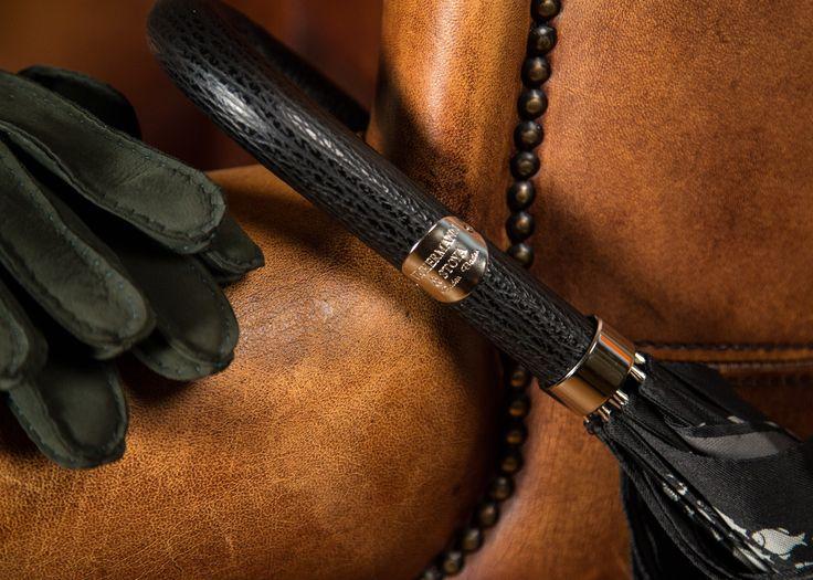 Die richtigen Accessoires für jeden #Gentleman: #Lederhandschuhe nach #Maß und #Schirm mit passendem #Ledergriff. Vickermann & Stoya, Baden-Baden. Herbst/Winter Accessoires für Herren, #Herrenmode, #Geschenkideen