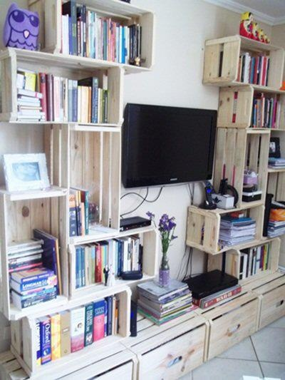 A Tv deixou de ser tão importante com os caixotes de madeira servindo como estante para um monte de livros.  Charme rústico e econômico!