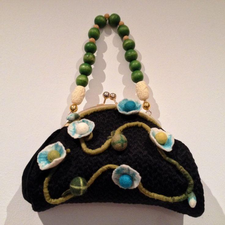 oggetti vintage attualizzati ad arte e riutilizzo dell'inutile. borsetta a mano anni '70  rivestita con tessuto damascato nero, decorata con ghirlanda di fiori in feltro. Tracolla in perle di legno e perle intarsiate.