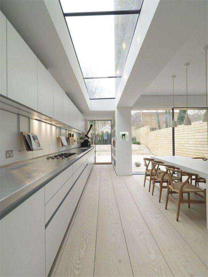 Cuisine moderne avec sol en bois clair verrier de toit