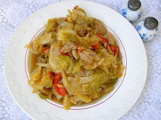 W Mojej Kuchni Lubię.. : lekki bigos z młodej kapusty z papryką...