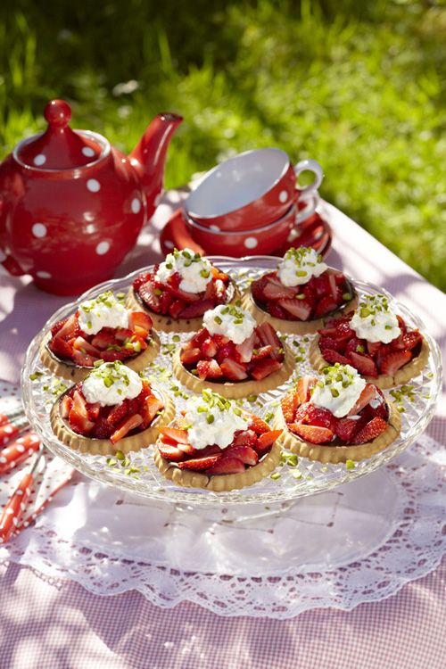 Erdbeertörtchen mit Sahne (Foto: MLK/ Melanie Götz)