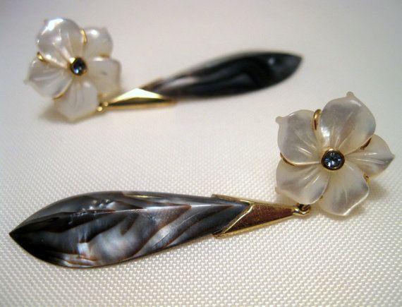 Exklusive Ohrringe 18 Karat Gold massiv, Blumen Perlmutt und Saphir