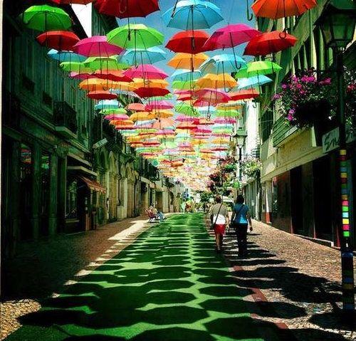 まるで絵本の世界…ポルトガルの街に浮かぶカラフルな傘:らばQ