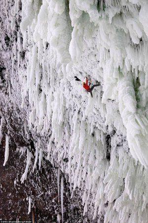 Удивительная красота замерзших водопадов.