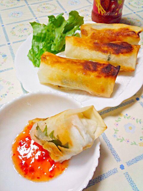 紫蘇も入って、スイートチリソースをつけて食べたら美味しい☆ - 12件のもぐもぐ - 海老とはんぺんの春巻き by blueapplec5