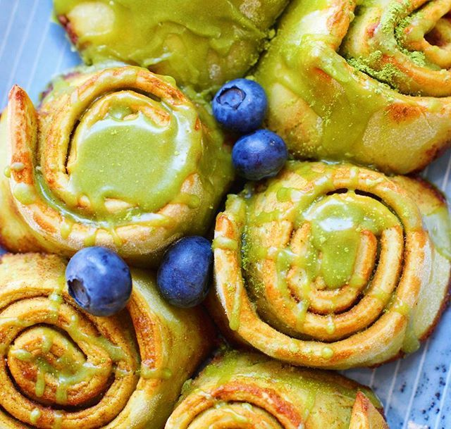 Pinterest pals, use PINTEREST discount code at the checkout for 15% off your matcha 💚 // || MATCHA MAIDEN CINNAMON ROLLS || + extra #MATCHA ICING and fresh blueberries for monday morning peeps! I have this super delicious inspiration from Anett @anettvelsberg ( Recipe on her blog! They taste so amazing   Thank you lovely Bettina @bettinas_kitchen for the beautiful feature yesterday! # Matcha powder from @matcha_maiden  Happy monday lovelies ❤ ◇ ◇ ◇ #morningslikethese #foods4thought…