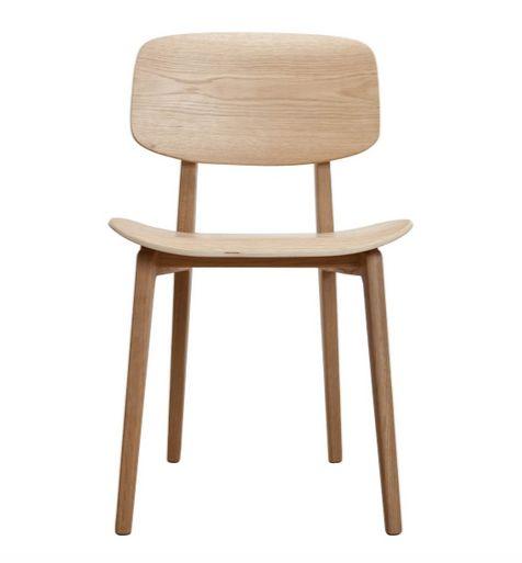 Norr 11 har designet denne stol, der vækker minder tilbage til den traditionelle skolestol gennem det 20. århundrede. NY11 Stolen bliver også kaldt New York stolen. Det er en stol udført i massivt egetræ og sæde + ryg er i egetræs finér.  Stolen kommer i tre varianter, i natur med voksbehandling, valnød og en sortbejdset udgave som fremhæver den flotte struktur i træet.DesignNorr 11StørrelseH78 x B47 x D50,5 cmSidde højde: 45,5 cmMaterialerValnød, eg.