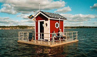 In dit hotel kun je boven water heerlijk op het terras genieten van het uitzicht en onderwater de vissen bewonderen.