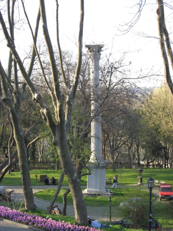 پارک گلخانه استانبول این پارک تاریخی در منطقه فاتیح استانبول بین عمارت آلای، کاخ توپکاپی و سارای بورنو قرار دارد. این پارک در سال ۱۸۸۰ جهت بازدید عمومی مردم افتتاح شد. این پارک در قدیم باغ مخصوص کاخ توپکاپی جهت نگهداری گًل رز بوده به همین علت به این پارک گلخانه گفته میشود. مساحت پارک تقریبا ۱۶۳۰۰۰ متر میباشد. راحترین مسیر جهت رفتن خط تراموای زیتون بورنو- کاباتاش میباشد. از آکسارای میتونین سوار این تراموای شوید و در ایستگاه گلخانه(گولهانه) پیاده شوید