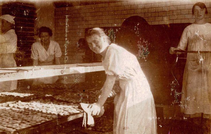 Medarbejderne bager kager #karenvolf #historie #kagebager