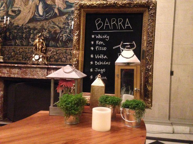 Decoración Barra Matrimonio, musgo, pizarrón, velas, faroles