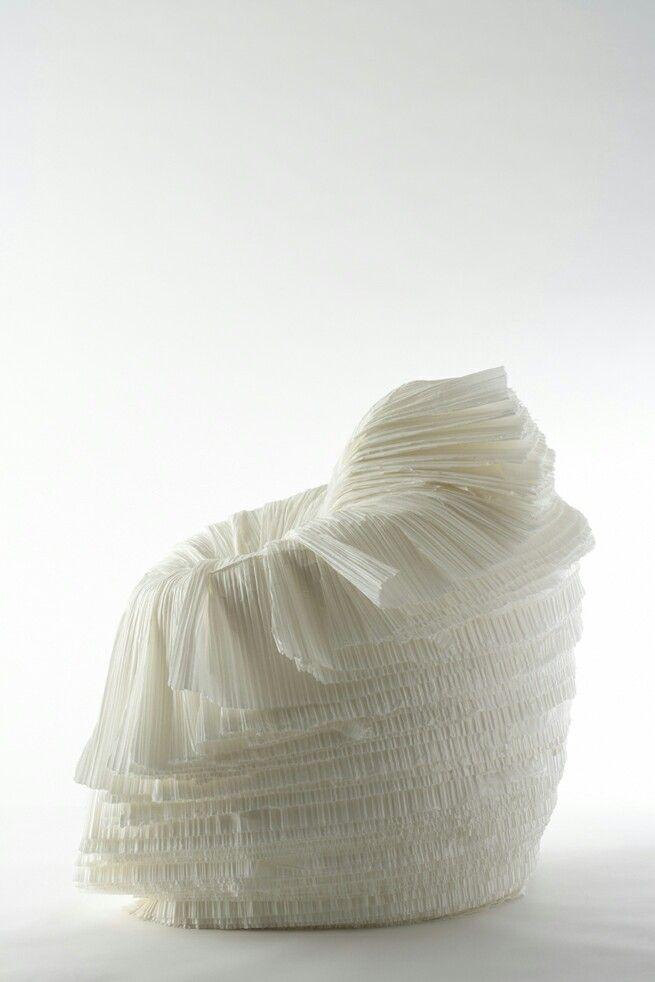 [P]ロール状の紙の束を一枚ずつ剥くようにして作られた椅子。野菜っぽいということで「cabbage chair」と言うらしい