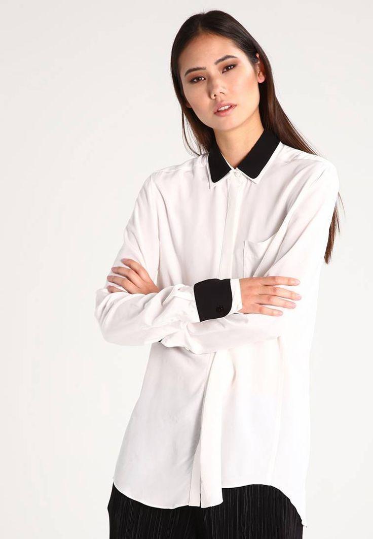 Whyred. PAULINE  - Skjorte - off white. Ermelengde:ekstra lang,75 cm i størrelse 36. Lengde:normal lengde. Totallengde:77 cm i størrelse 36. Overmateriale:100% viskose. Passform:vid. Modellhøyde:Modellen er 177 cm høy og har på seg størr...