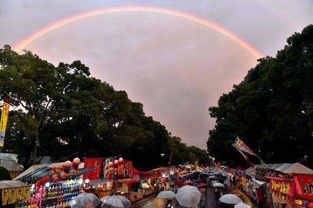 放生会が始まった筥崎宮の向こうに、秋を彩る虹のアーチが現れた、福岡市東区で。 Hōjōe ga hajimatta Hakozakigū no mukō ni, aki o irodoru niji no āchi ga arawareta, Fukuoka-shi Higashi-ku de. Di seberang kuil Hakozakigu tempat mulainya Festival Hojoe, muncul lengkungan pelangi yang mewarnai musim gugur, di kota Higashi-ku, Fukuoka. http://www.asahi.com/articles/ASJ9D56Y3J9DTIPE01Y.html