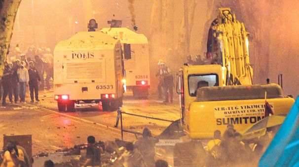 Against recent water cannon attacks one of the devoted groups cArsi (a.k.a Besiktas JK fans) hijacks a bulldozer and chases after a water cannon.