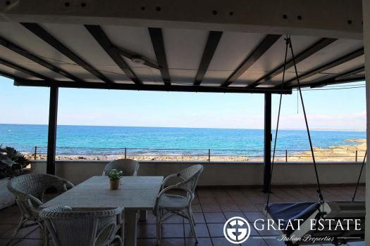 Apartments for sale - Apulia  Price on application    Apulia | Lecce | Gallipoli Code 3769 (apge003497)    In a fantastic panoramic position, overlooking the splendid bay of Gallipoli, we offer an apartment on the mezzanine floor in a condominium building.