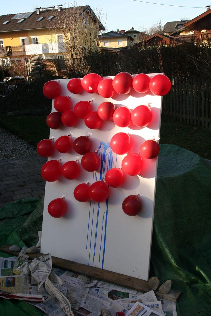 De balonnen zijn gevuld met verf. Je kan aan de hand van een spel de balonnen kapot laten prikken. Zo zal je telkens verschillende kunstwerkjes uitkomen.