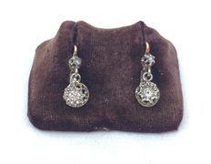 """Paio di antichi orecchini pendenti a stella """"dormeuses"""" in oro a due tonalità 18 kt decorato con diamanti in totale di 0,26 ct"""
