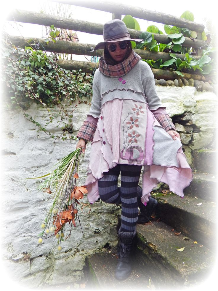 YoGi asymmetrische Lagenlook Tunika   Ein niedliche handgefertigte Kaschmir Tunika Pullover Kleid in einem asymmetrischen Lagenlook-Stil mit einem rohen Rand säumen erstellten mit einem einzigartigen Stoff Elefant Blumen-Design. Dies hat eine Snood Kapuze und Tasten für die Dekoration.  Hauptfarben ~ rosa, grau.  Dieser Jumper ist umweltfreundlich und aus Recycling Upcycling preloved Strickwaren Kaschmir Pullover, Leinwand-Jeans und einem aufgegebenen Kilt Rock erzielt worden.  Applique…