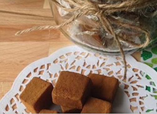 Ca. 50 stk. 2,5 dl piskefløde 250 g hvidt sukker 30 g smør 50 g glukose 1/2-3/4 tsk. lakridspulver Ca. 50 g lakridspulver til at trille karamellerne i