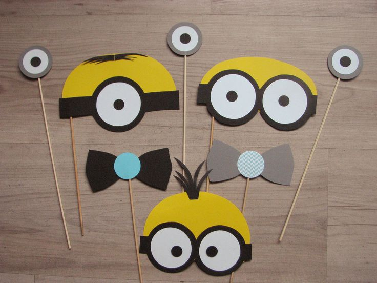 Accesorii foto realizate din carton colorat personalizate cu elemente de petrecere tematica Minions.  Setul contine 3 fete deminioni, 3 ochi si 4 papioane.
