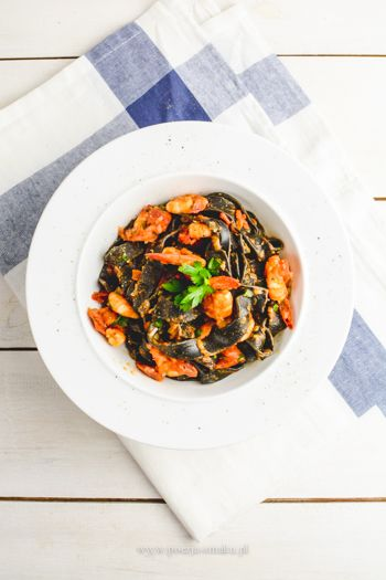 Czarny makaron z krewetkami pomidorami i czosnkiem / Black pasta with shripms and tomatoes (recipe in Polish)
