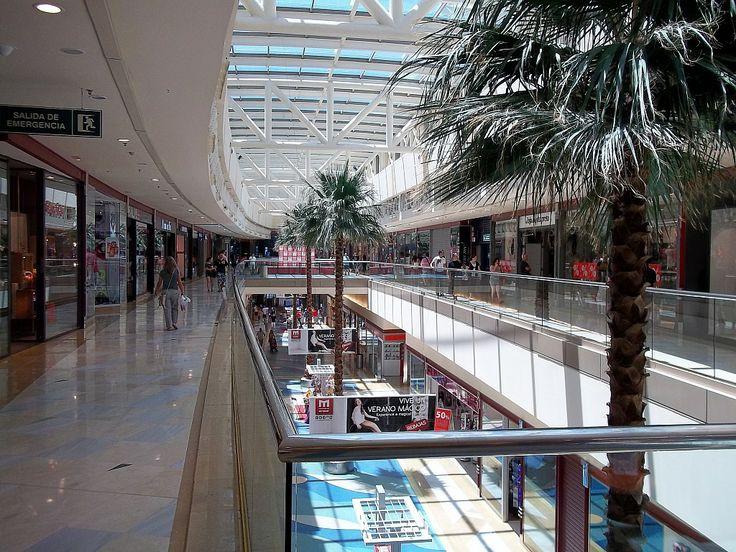 por dentro que bonito es llenooo de tiendas como el(primark,zara,eroski,funky fish,clare´s  accesories y muchos mas...)miramar fuengirola