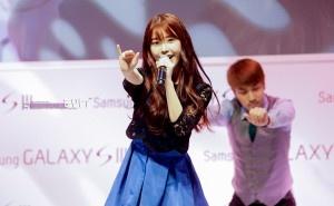 IU Samsung galaxy s3 fanmeet kpop fashion style
