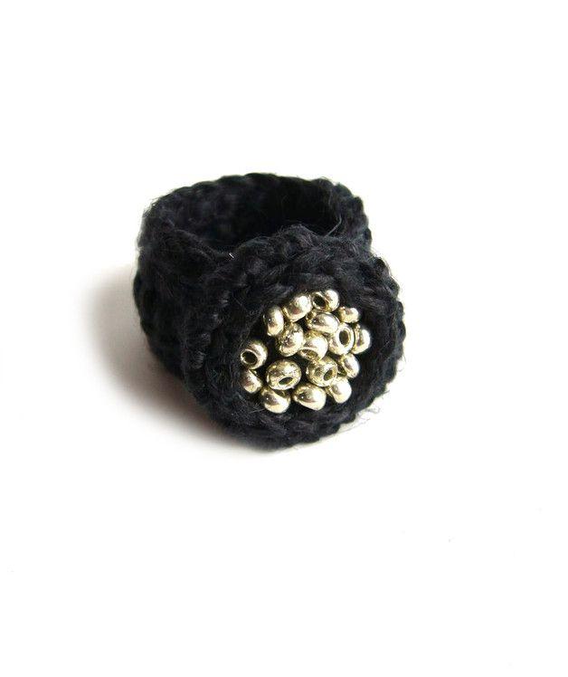 Kleiner, aus reinem schwarzem Leinen gehäkelter Ring, bestickt mit…
