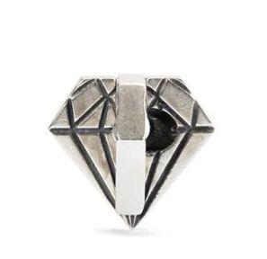 Trollbeads Ungeschliffener Diamant Am Anfang stehen harte Kanten, jedoch kommt wahre Schönheit aus dem Inneren. Material: Sterling Silber Designer: Kim Bruck Referenz: 11472