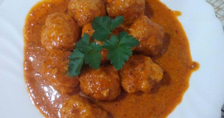 Fabulosa receta para Albóndigas de pollo en salsa de almendras.